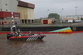 industrie terrein gezonken boot met milieu belasting