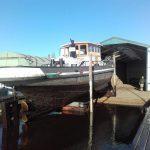 Hellingen van sleepboot Carolus ; uit water trekken en knippen en scheren! Leuk artikel over dit uit 1880 gedateerd schip;